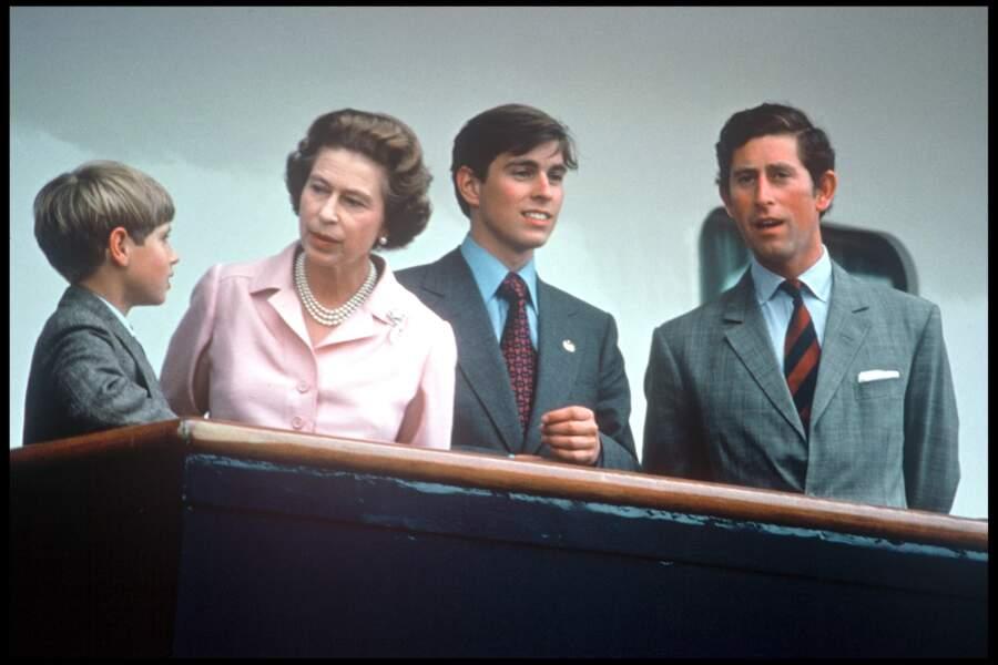 La reine Elisabeth II avec ses fils Edward, Andrew et Charles, en 1976