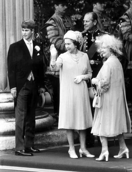 La reine Elisabeth II arrive au mariage de son fils le prince Charles et de Lady Diana, en 1981
