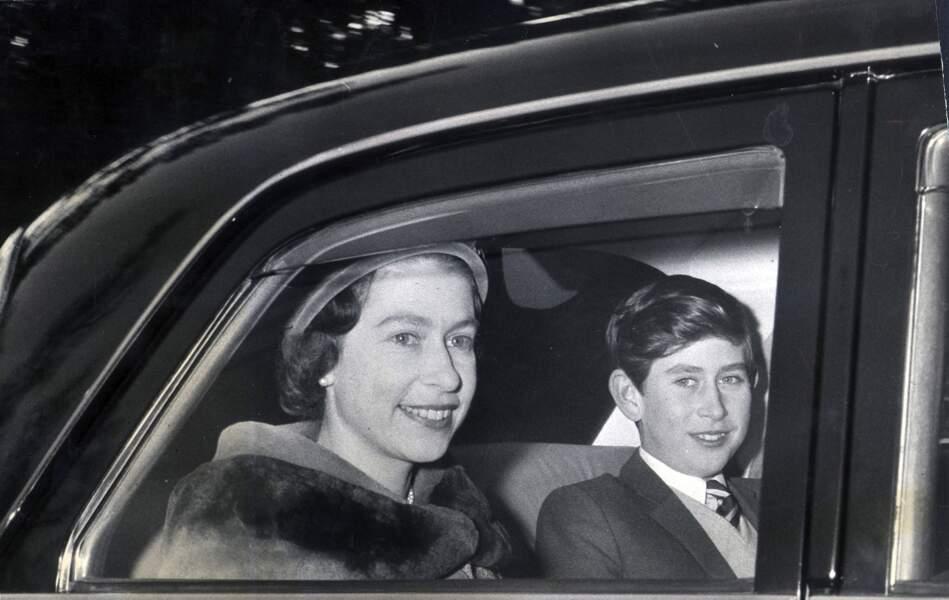 Elisabeth II et le prince Charles, à la fin des années 1950