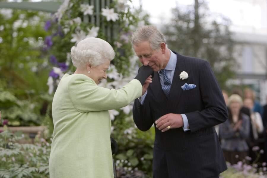 Un geste plein d'affection de Charles à l'égard de sa mère la reine Elisabeth II, au Chelsea Flower Show de Londres, en 2009