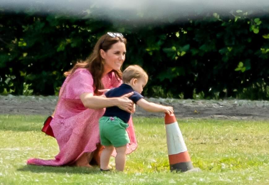 Le prince Louis est très éveillé, et curieux. Heureusement, maman Kate veille au grain !