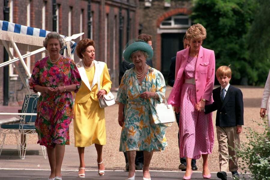 La reine Elisabeth II en famille à Clarence House, en 1992