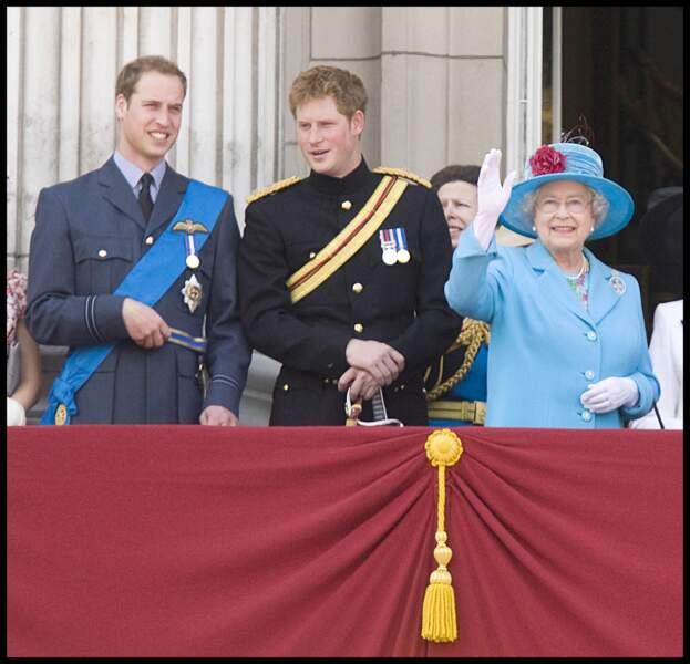 La reine Elisabeth II aux côtés de William et Harry en 2009