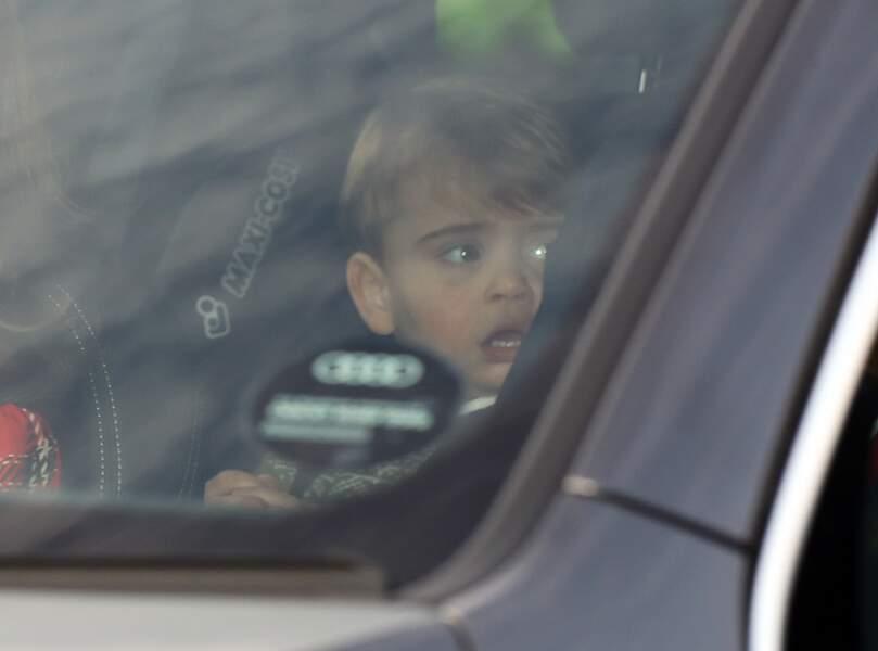 Le prince Louis dans la voiture, arrivant au palais de Buckingham avec sa maman la duchesse de Cambridge, pour assister au déjeuner de Noël, le 18 décembre 2019.