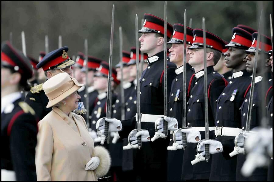 Le sourire complice de la reine Elisabeth au prince Harry à Sandhurst, en 2006