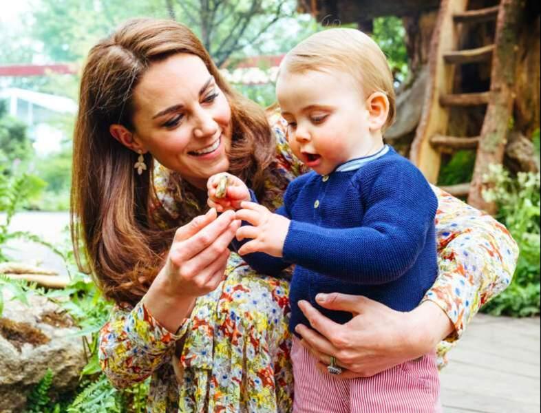 Kate Middleton avec le prince Louis, lors d'une visite privée du jardin dessiné par la duchesse pour le Chelsea Flower Show, à Londres, le 19 mai 2019.