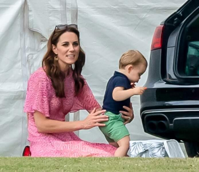 Louis, toujours aussi curieux, dans les bras de sa maman qui veille toujours sur lui. D'après elle, Louis et elle ont une relation très fusionnelle.