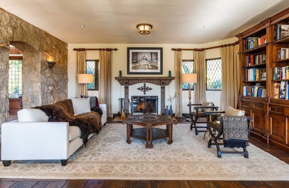 Le salon est décoré avec goût avec des meubles élégants et une belle architecture.