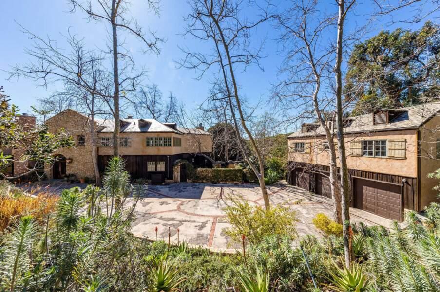 Située sur la commune de Malibu, non loin de Los Angeles, elle dispose d'une splendide vue sur le Pacifique et d'un vaste terrain.