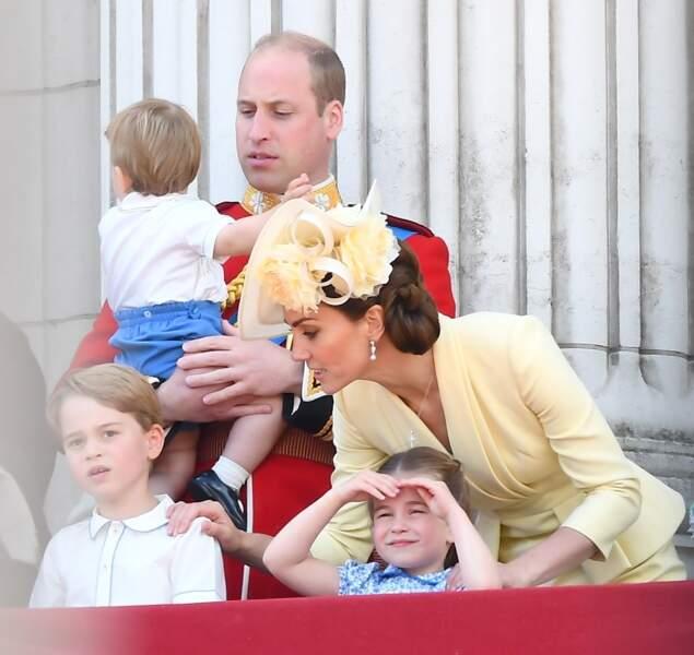 8 juin 2019, la famille Cambridge, au balcon du palais de Buckingham lors de la parade Trooping the Colour, célébrant le 93ème anniversaire de la reine Elisabeth II. Le prince Louis, âgé alors d'un an et demi, apparait dans les bras de son papa.