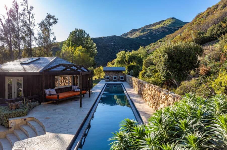 Deux piscines se trouvent dans le sublime jardin.