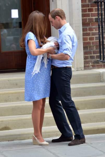 Kate Middleton avait mis une robe bleue, rappelant celle de Lady Diana. Un moment émouvant que le monde entier attendait avec impatience.