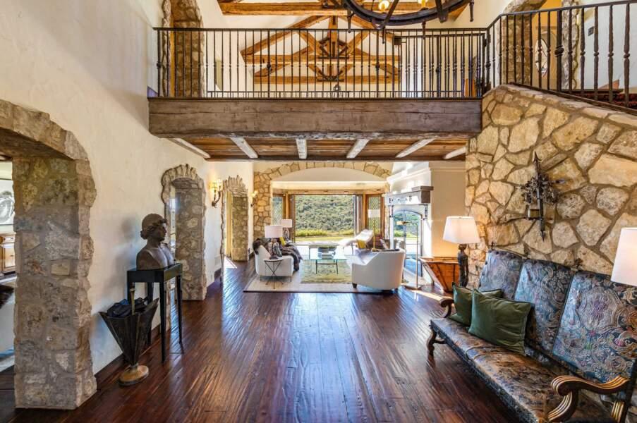 L'intérieur de la maison est composée d'une cuisine exceptionnelle et d'un immense salon.