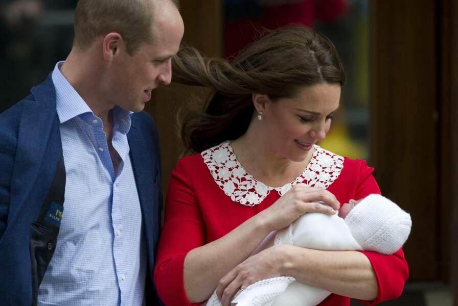 Le 23 avril 2018, le couple Cambridge présentait leur dernier enfant devant l'hôpital St Marys, le prince Louis.