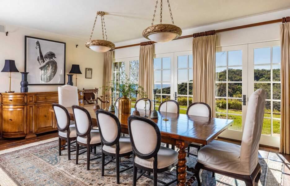 Au centre de la pièce trône une grande table pour recevoir les invités.