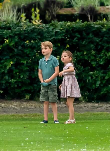 Les enfants Cambridge, George et Charlotte, s'amusent sous l'oeil de maman, en attendant de voir leur papa, qui joue au polo ...