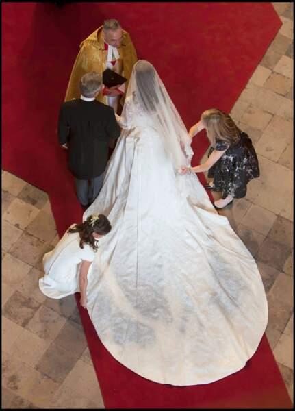 """Avec sa longue traîne, la robe de Kate devait symboliser sa """"transformation en princesse"""". Un vrai conte de fée."""