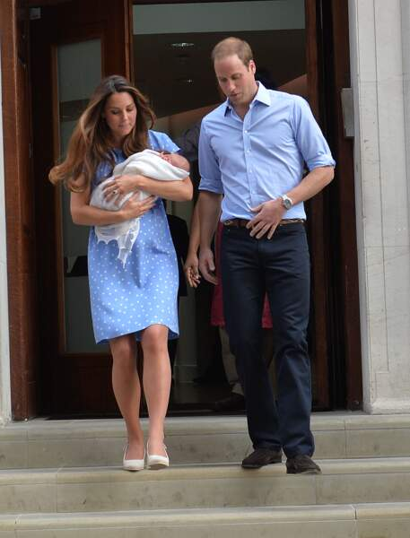 Quelques mois plus tard, le 23 juillet 2013 devant la Lindo Wing, Kate et William présentent leur fils, le prince George, aux yeux du monde entier.