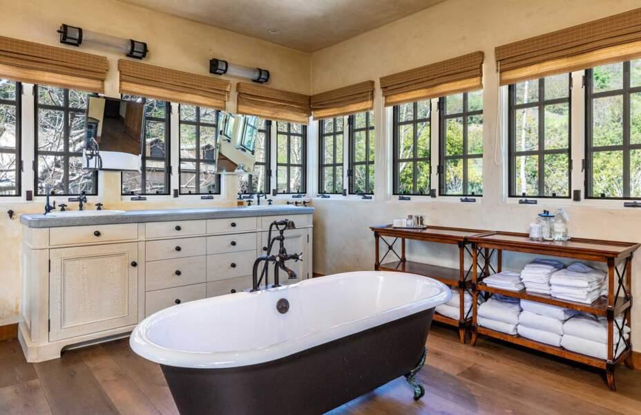 La chambre parentale dispose de sa salle de bain attenante.