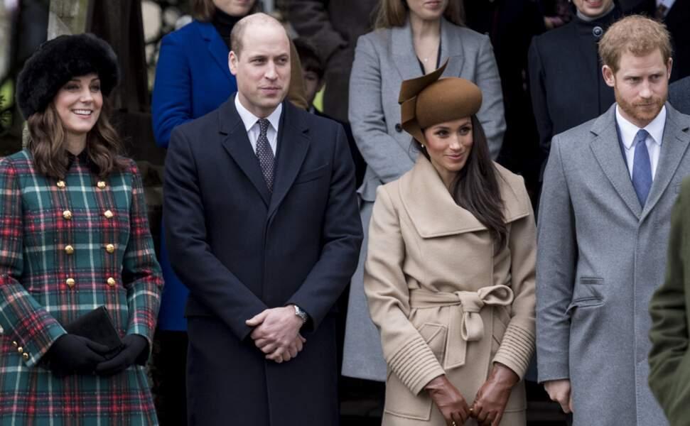 Kate et William, aux côtés du prince Harry et de sa fiancée Meghan Markle, lors de leur arrivée à la messe de Noël, à l'église Sainte-Marie-Madeleine à Sandringham, le 25 décembre 2017. Kate a un nouveau joli baby bump...