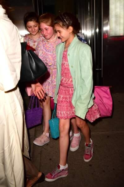 Suri Cruise est allée fêter son anniversaire (13 ans) avec des amies et sa mère Katie Holmes au restaurant Delicatessen à New York.
