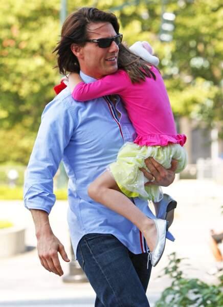 Suri Cruise dans les bras de son père en août 2011 dans un look très coloré.