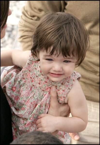 Suri Cruise en robe liberty en 2007. Elle a 1,5 ans.