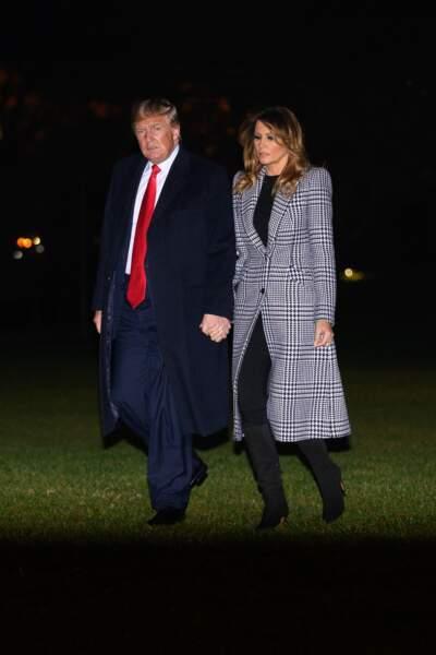 Le président des États-Unis, Donald J. Trump, et la première dame, Melania Trump, rentrent à la Maison-Blanche, en décembre 2019. Avec un long manteau à motif Prince de Galles, la première dame reste à la pointe de la mode.