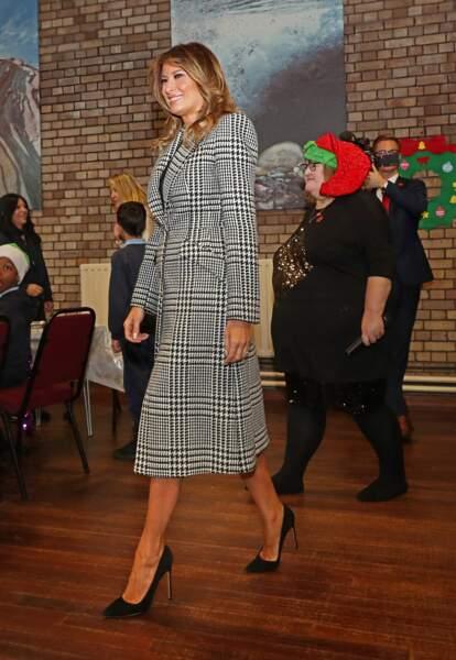 Melania Trump visite le centre de l'Armée du Salut Clapton à Londres, le 4 décembre 2019. Elle met à nouveau son manteau motif Princes de Galles.