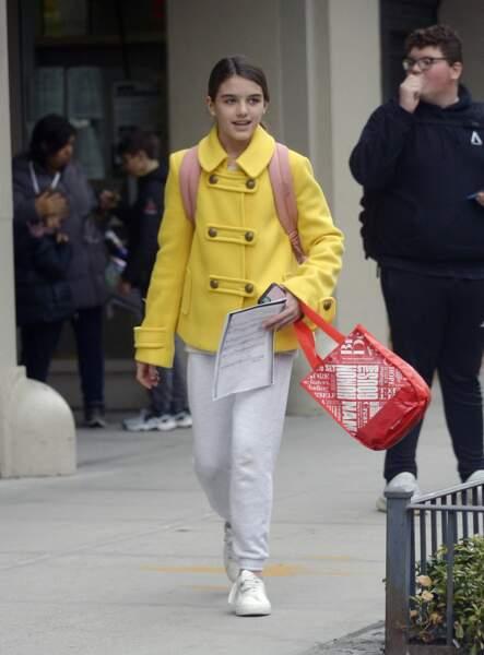 Suri Cruise dans les rues de New York, le 3 mars 2020. Stylée avec son caban jaune et ses baskets blanches.