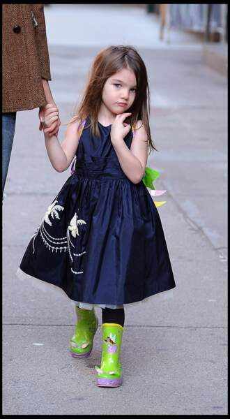 Suri Cruise, petite fille chic avec sa robe bleue marine et ses bottes vertes.
