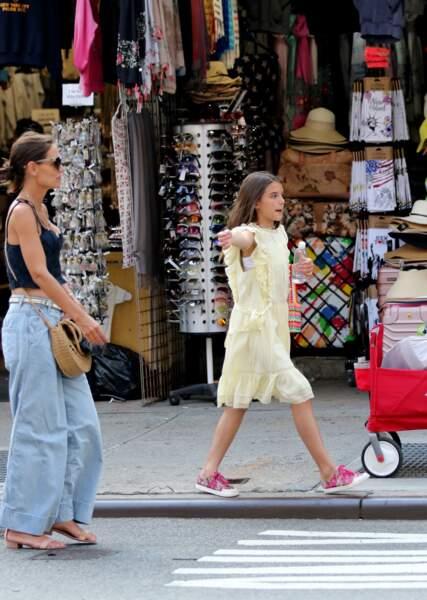 Katie Holmes et sa fille Suri Cruise sont allées faire du shopping à New York. La mère et la fille tente d'attraper un taxi, le 20 juillet 2019.