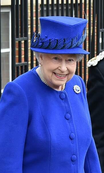La reine Elisabeth II d'Angleterre et  après avoir visiter le marché de la charité à Londres en mars 2016