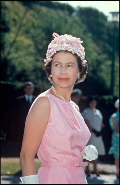 Elizabeth II et son chapeau rose en 1967