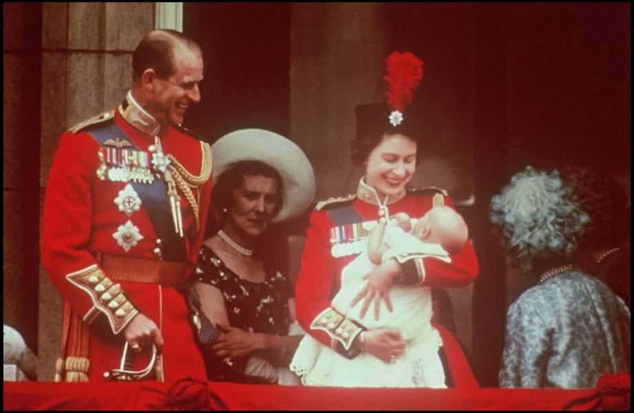 Le prince Philip et la reine Elizabeth II à la naissance du prince Edward en 1964