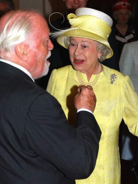 Richard Attenborough et la reine Elisabeth II d'Angleterre lors du centenaire de l'Académie Royale d'Art Dramatique à Londres en 2004