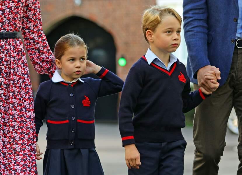 George et Charlotte lors de leur rentrée scolaire le 5 septembre 2019, accompagnés de leurs parents, Kate Middleton et le prince William. Adorables.