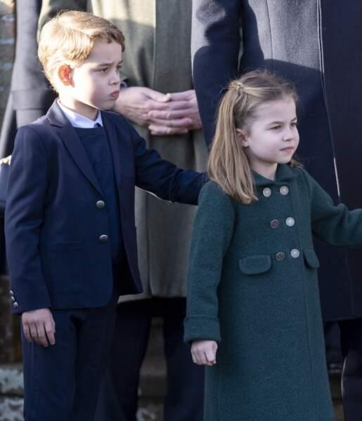 Le prince George et la princesse Charlotte, inséparables, lors de la messe de Noël en l'église Sainte-Marie-Madeleine, le 25 décembre 2019.