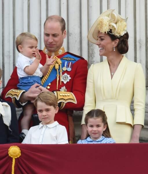 Les enfants Cambridge, George, Charlotte et Louis, lors du Trooping the Colour. Le petit prince Louis dans les bras de son papa, et les jeunes George et Charlotte toujours aussi inséparables.