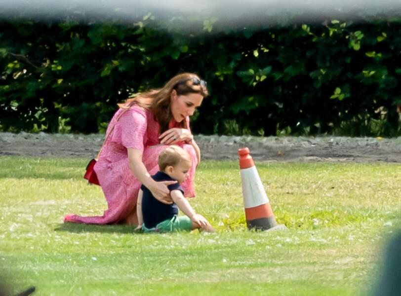 Le jeune prince Louis très éveillé, découvre le monde, avec sa maman Kate Middleton, lors du match de polo King Power Royal Charity Polo Day 2019.