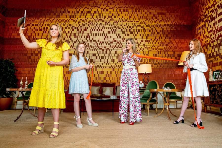 Maxima des Pays-Bas avec ses filles Ariane, Alexia et  Catharina-Amalia au Palais Huis à La Haye le 27 avril 2020
