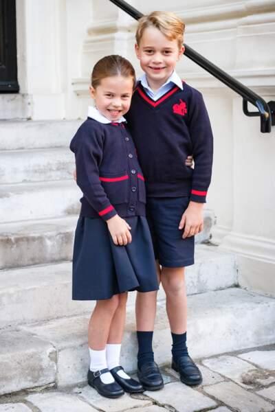 Le prince pose avec son frère avant sa première journée à l'école Thomas's Battersea, le 5 septembre 2019.