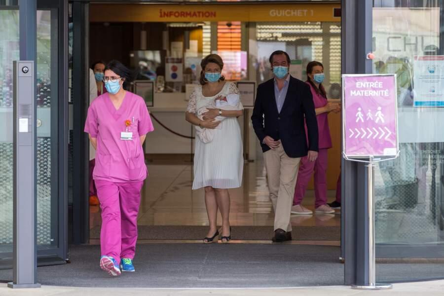 Guillaume et Stéphanie de Luxembourg sortent de la maternité pour présenter leur fils Charles, ce 13 mai 2020.