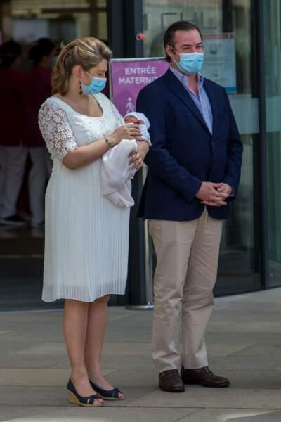 Guillaume et Stéphanie de Luxembourg à la sortie de la Maternité Grande Duchesse Charlotte le 13 mai 2020.