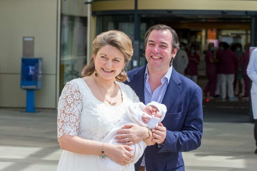 Guillaume et Stéphanie de Luxembourg présentent leur fils Charles à la sortie de la Maternité Grande Duchesse Charlotte le 13 mai 2020.