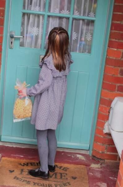 Déjà très investie dans son rôle de princesse, Charlotte a participé à la préparation et la livraison des paniers alimentaires pour les retraités isolés de la région.