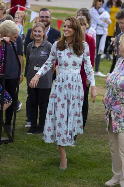 Kate Middleton adore les robes longues avec des fleurs.