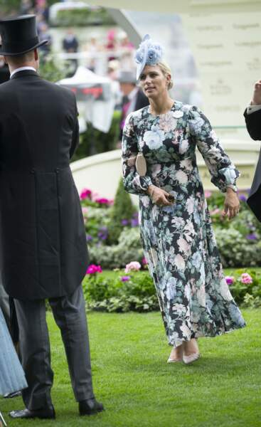 Zara Phillips a aussi choisi une robe à fleurs, accessoirisée d'un bibi et d'escarpins pour la très chic course d'Ascot, le 18 juin 2019.