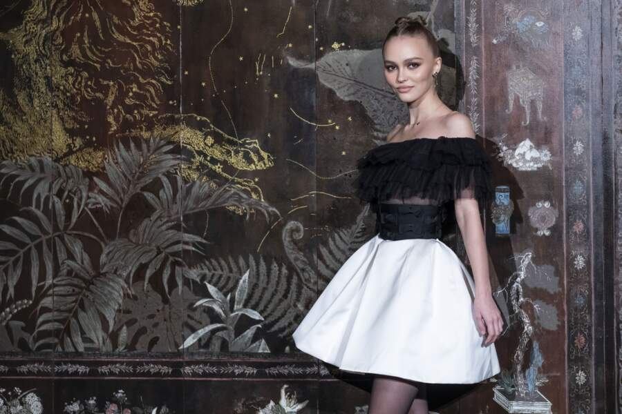 Lily-Rose Depp, égérie Chanel, prend la pose, mutine, au Grand Palais à Paris le 4 décembre 2019.