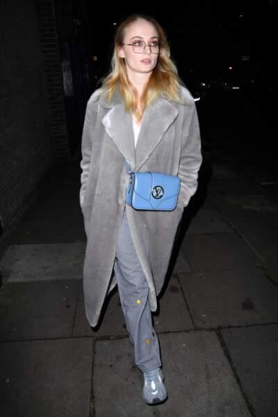 L'actrice de Games of Thrones, Sophie Turner, opte pour la couleur bleu
